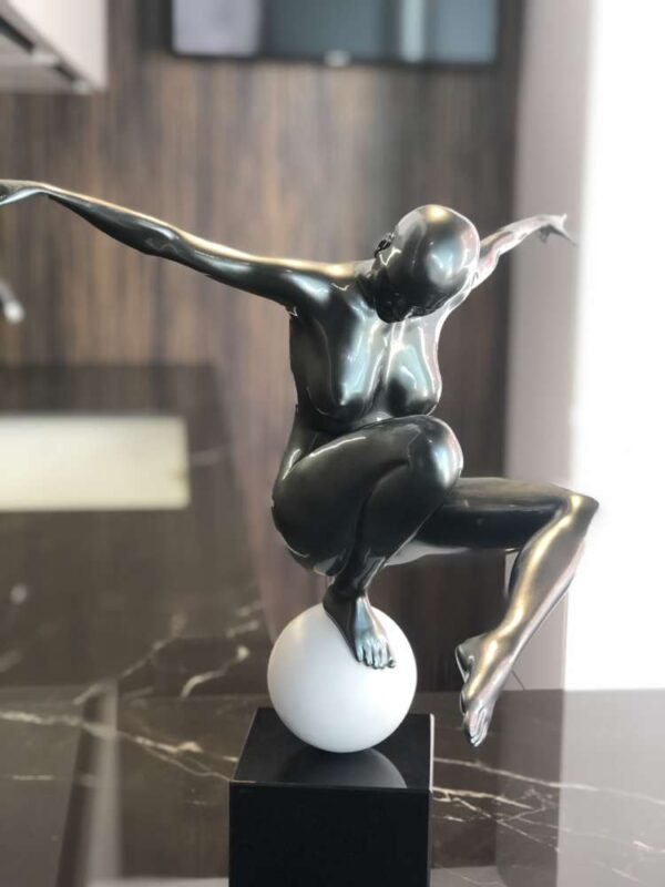 scultura_in_resina_sfera_donna