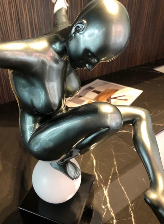 scultura_in_resina_lightness_donna_sfera_bianca_femminilità_base_in_marmo (1)