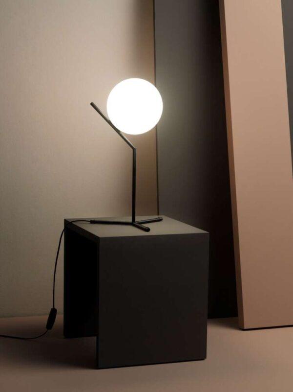 IC-LIGHTS-T1-FLOS-lampada_da_tavolo_acciaio_ottone_vetro_soffiato (3)